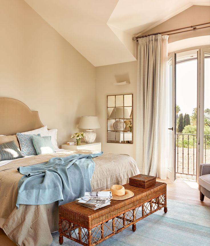 En el dormitorio Cabecero de terciopelo, mesilla de noche y banqueta de La Albaida. Alfombra de Designers Guild.