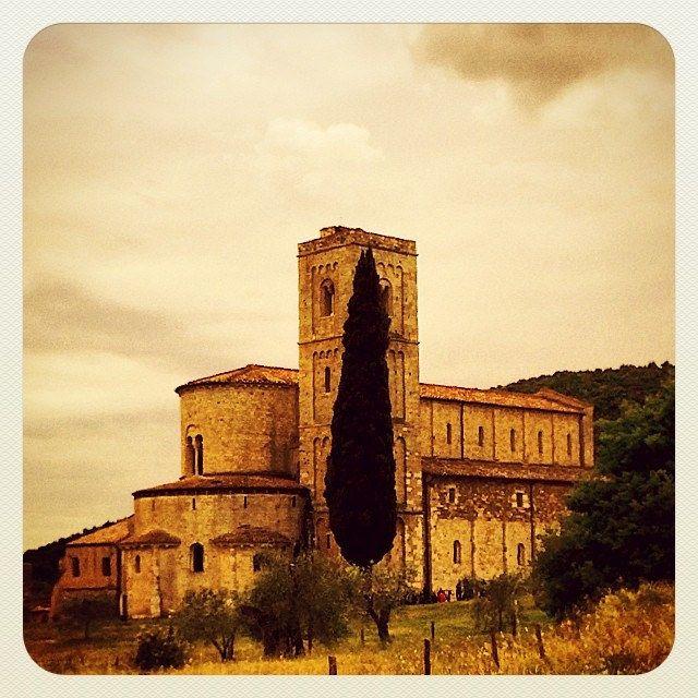 Questa è la bellezza della nostra #italia , percorri tortuose strade della #campagna #toscana ed all'improvviso ti trovi di fronte alla bellezza della #abbaziadisantantimo #santantimoabbey che sembra osservarti immobile nella sua maestosità #tuscany #iger