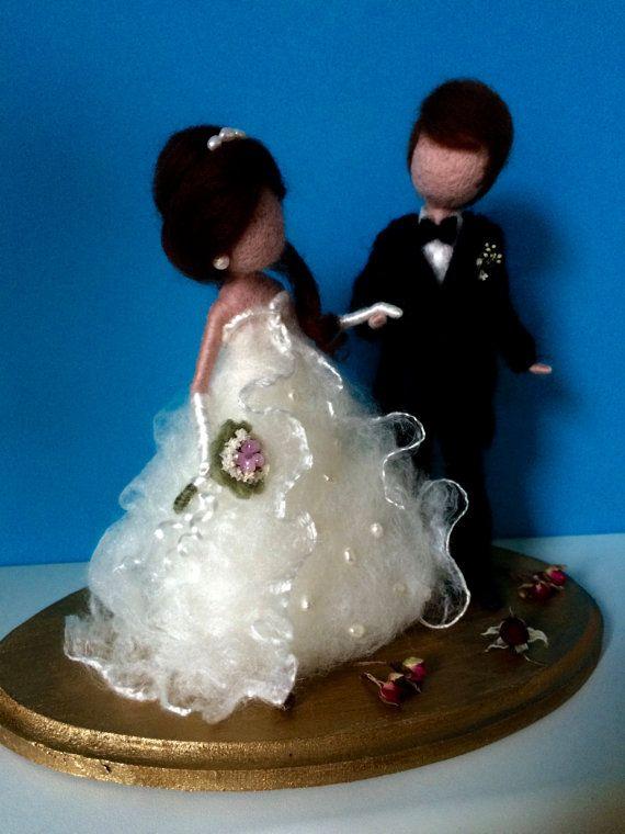 Esta pareja de fieltro de la aguja puede llegar a ser un maravilloso recuerdo de su día de boda o regalo inusual para los recién casados.   La altura es de 16 cm.