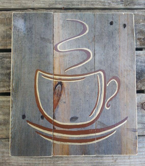 Reclamado la muestra de madera de palet con una taza de café de pintado a mano. Diseño se sella con barniz y han sido lijar los bordes. Tablas individuales han sido asegurados junto con pegamento para madera y tirantes clavados en la parte posterior para la estabilidad. Este artículo viene listo para colgar en tu página de inicio.  11 5/8 de alto por 10 3/4 de ancho