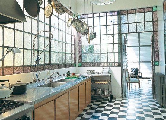 ventanales con vidrio partido para cocina. piso damero