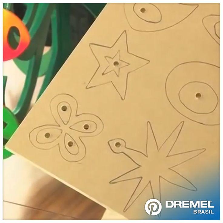 1° Passo: Depois de definir os desenhos, vamos passar o lápis traçando o desenho em uma placa de MDF de 3mm ou 5 mm de espessura. Também poderá usar o material PVC, até 3 mm de espessura. O tamanho das placas deve ser de pelo menos 20x20 cm. Para poder ter margem de giro ao realizar o corte.