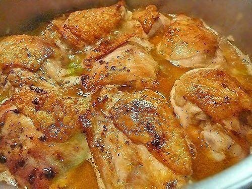 Рис с курицей  Ингредиенты: - 1 курица на 1,5 кг (8 бедрышек) - 1 средняя луковица - 1 морковка - 1 сладкий красный перец - 100 г зеленого горошка (можно замороженного) - 500 г длиннозерного риса - 100 мл белого сухого вина - 2 зубчика чеснока - острый перец рокото (чили) по вкусу - 1/2 ч.л. молотого кумина (зиры) - соль, перец - 50 мл нейтрального растительного масла для обжаривания - 0,5 л куриного бульона