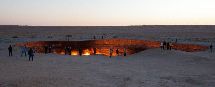Pokol kapujaként (Darvaza-kráter) emlegetett helyről, ahol tűz tör föl a sivatagban. Türkmenisztánban, a Karakum-sivatagban vörösen izzó kráter nem természetes képződmény