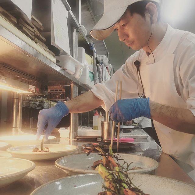シェフの裏側  盛り付け時もより良い状態で 料理を提供するために ウォーマーの下で仕込み そして素早く盛り付けて 提供するアートな作品  アートダイニングならではの お料理は味以外にも 工夫が施されており 愛情たっぷり アイウェディングには 愛がたくさんこもっています  #okinawa #phot #wedding #aiwedding #Art diningyaese #originalwedding #chapel #planner #dress #tuxedo #沖縄 #八重瀬町 #アイウェディング八重瀬 #アートダイニング八重瀬 #披露宴 #生年祝 #宴会 #パーティー #レストランウエディング #前撮り #ランチバイキング #ディナー #挙式 #オリジナルウエディング #衣装 #ディナー #シェフの裏側
