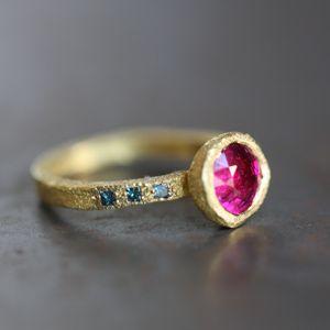 """ESTHER ASSOULINE-FR """"La technique de la ciselure donne de la matière et de la profondeur à ses modèles....Esther aime utiliser l'or pur (18, 22 ou 24 carats en fonction des contraintes techniques) et les pierres précieuses"""
