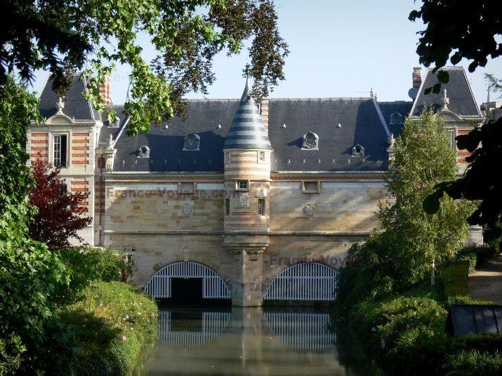 Châlons-en-Champagne: Château du Marché et sa tourelle en encorbellement, pont des Archers, rivière Nau, arbres et arbustes du petit Jard (jardin) - France-Voyage.com