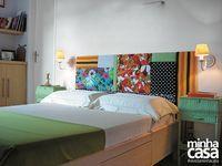 """Que tal uma cabeceira de patchwork?  O arquiteto paulistano Décio Navarro e a designer Mayra Navarro criaram este painel cheio de personalidade. """"Iniciamos por um tecido e elegemos o verde a cor principal. Então procuramos outras estampas que tivessem o mesmo tom. Depois, repetimos o método com o vermelho"""", explica Décio. Para complementar a decoração e garantir um colorido harmonioso, Mayra dá a dica: """"Escolha uma das cores lisas e trabalhe só com ela"""". Notou a manta e as mesinhas laterais?"""
