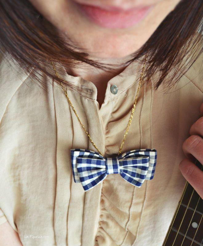La collana con doppio fiocco in tessuto è il mio bijoux preferito, è un'accessorio che si abbina perfettamente ad un outfit elegante ma anche casual. Ecco il link con il mio video tutorial per realizzarlo! http://www.lafigurina.com/2015/04/tutorial-come-realizzare-una-collana-con-doppio-fiocco-in-tessuto-senza-cuciture/