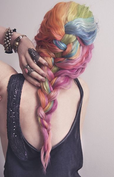Truly masterful hair chalking leads to the appearance of different colors of yarn woven together.