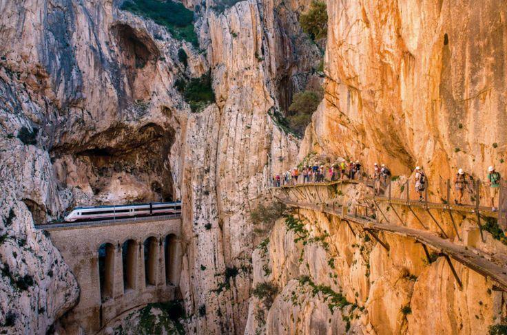 Caminito del Rey powstała ponad sto lat temu na niemal pionowej ścianie na wysokości 100 m. Służyła robotnikom tutejszej hydroelektrowni. Podobno bardziej niebezpieczne prace powierzano skazanym na śmierć więźniom...