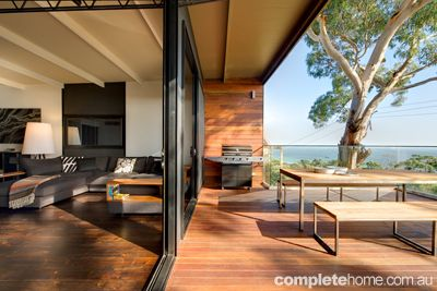 Take a peek inside a relaxed coastal retreat that is perfectly in tune with the surrounding Australian environment.