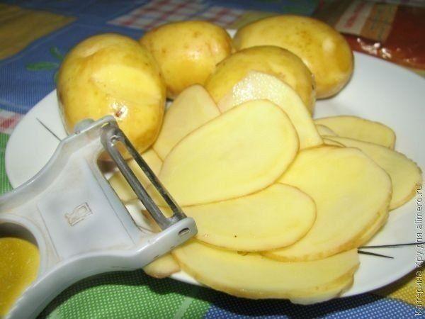 Домашние картофельные чипсы  Картофельные чипсы можно и нужно делать в домашних условиях. Об их натуральности можно не говорить вообще, да и специи можно использовать такие, какие вам нравятся.  Конечно, их можно обжарить во фритюрнице, но тогда они будут жирными.  Еще встречала на просторах интернета вариант приготовления в микроволновке. Но так как я считаю этот прибор бесполезным, если не сказать «вредным», то предлагаю воспользоваться духовкой.  Время приготовления: 20 минут.