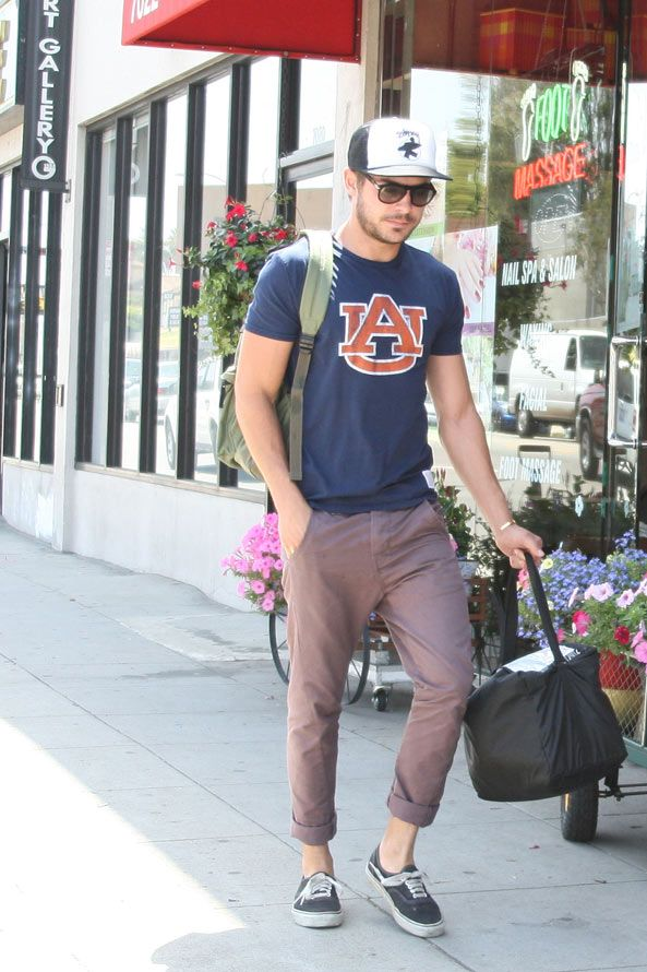 Zac Efron wearing an Auburn shirt. This just made my entire life.