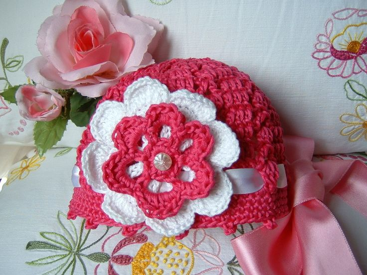 Cappellino per neonata eseguito a mano all'uncinetto in cotone fucsia con un fiore applicato : Moda bebè di i-pizzi-di-anto