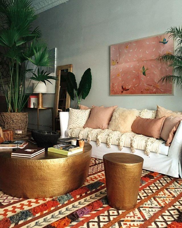 Bom dia! Gosta do estilo boho-chic na decoração? Se a resposta for sim, a sala de estar acima, criada por Justina Blakeney (@justinablakeney) e Dabito (@dabito), vai te inspirar muito! Saiba mais no nosso #décordodia (link na bio)! #casavogue #cor