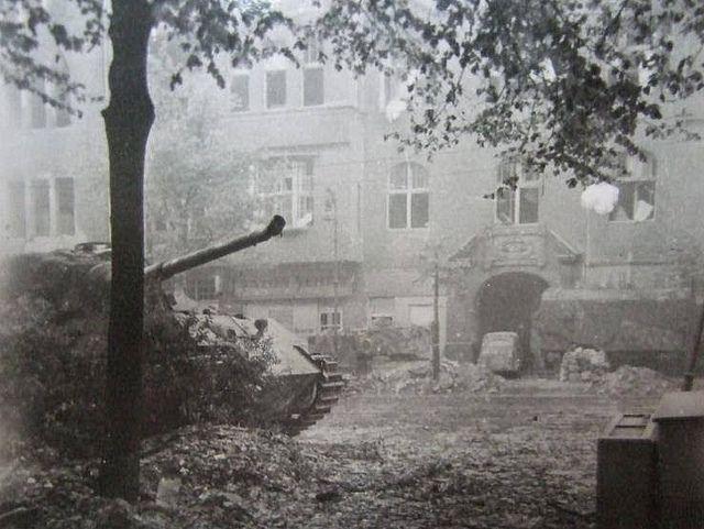 1945, Allemagne, Berlin, Un Panzerkampfwagen VI Tiger II Ausf.B Königstiger (Sd.Kfz.182) abandonné sur Pariser Strasse 27 Berlin-Wilmersdorf