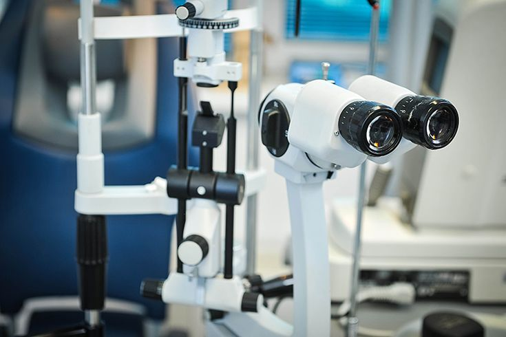 Il trapianto di cornea~La visita Prima dell'intervento bisogna fare una visita completa che comprende l'esame con il biomicroscopio, il controllo della acuità visiva, la misurazione della pressione oculare, la topografia corneale, la misurazione dello spessore corneale e la profondità della camera anteriore, l'ecografia, il calcolo del potere della lente intraoculare da impiantare ed altro. http://www.svjetlost.hr/servizi/il-trapianto-di-cornea/piu-info-694/la-visita-695/695