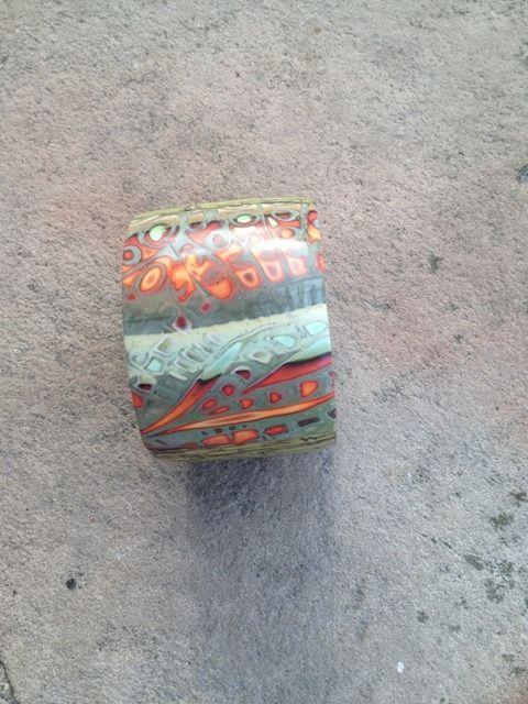 Bracelet manchette à motif texturé bois vert et camaieu / nouvelle collection : Bracelet par arliane