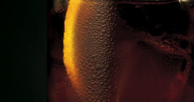 Como fazer drinks com rum Malibu. O Malibu Rum é uma bebida alegre com sabor de fruta que é perfeito para mesclar. Há muitos tipos de coquetéis chiques, que requerem coqueteleiras ou liquidificadores e muitos ingredientes diferentes, em que pode ser utilizado . Esse drink é simples, e, ao mesmo tempo, variado o bastante para ser usado em festas.