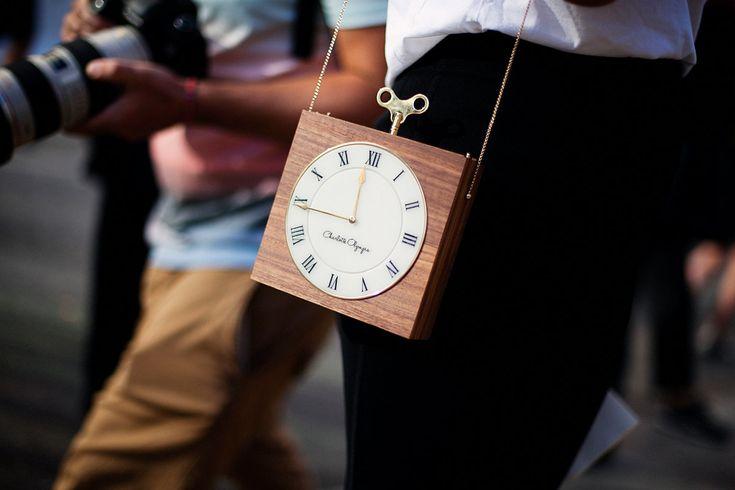 """Algo que tambien es tendencia esta temporada son los """"Timepiece"""" de Charlotte Olympia. diseños de bolsos en forma de reloj de cuerda."""
