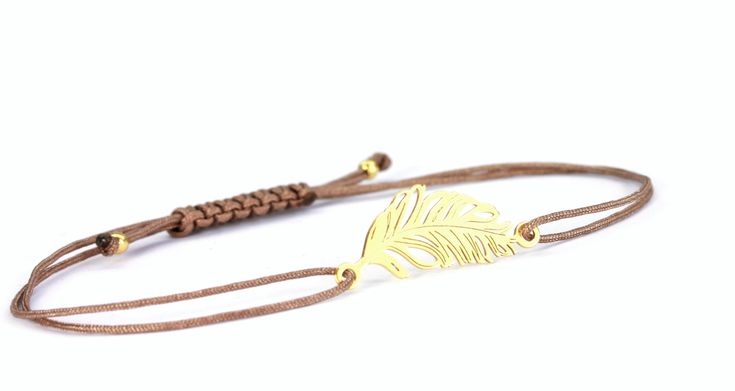 ...die Feder als Symbol der Wahrheit, Freiheit und Unbeschwertheit... Neu bei ➸ WWW.SCHOSCHON.DE  https://www.schoschon.de/925-silber/483/damen-textil-armband-feder-925-silber-vergoldet-taupe-gold-gluecksbringer-individualisierbar?c=26  #Textilarmband, #textilschmuck, #trend #schmuck, #geschenk,#ostern,#muttertag,#frühling,#feder,#feather,#925silber, #silververgoldet,#freundschaft,#zartehandgelenke,#individualisierbar,#Glücksbringer,#Symbol