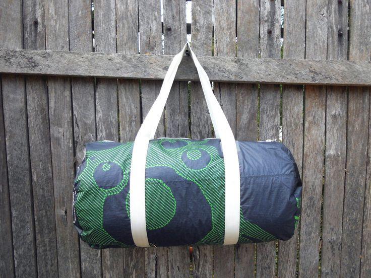 Sacs et accessoires fabriqués à partir de voiles recyclées de windsurf et kitesurf. L'idée de recycler des voiles de kitesurf et de windsurf a commencé à Nouméa en Nouvelle-Calédonie où le nom et le logo ont été créés. Le développement de Coup d'vent s'est poursuivi à Cape Town en Afrique du Sud, où la plupart des modèles ont été dessinés. Ils sont actuellement fabriqués artisanalement à Perth en Australie occidentale. Les sacs et porte-monnaie ou portefeuilles sont faits à partir de voile…