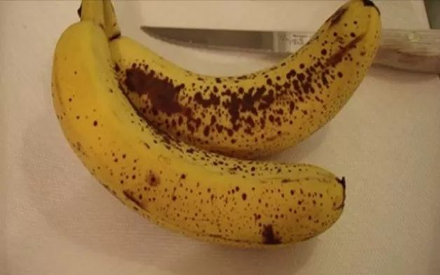 ΔΕΙΤΕ τι θα πάθετε αν φάτε 2 μπανάνες σε μια ημέρα! Ενέργεια: Μία ή δύο μπανάνες πριν την άσκηση μπορεί να σου προσφέρουν αρκετή ενέργεια για μία ώρα ή περισσότερο. Οι χαμηλοί γλυκαιμικοί υδατάνθρακες, οι βιταμίνες, και τα μέταλλα στηρίζουν την ανάπτυξη της αντοχής του σώματος, ενώ το κάλιο αποτρέπει τις κράμπες στους μυς.  Κατάθλιψη: Μπορούν να βοηθήσουν στην καταπολέμηση της κατάθλιψης, επειδή περιέχουν υψηλά επίπεδα τρυπτοφάνης, την οποία τα σώματά μας μετατρέπουν σε σεροτονίνη. Η…