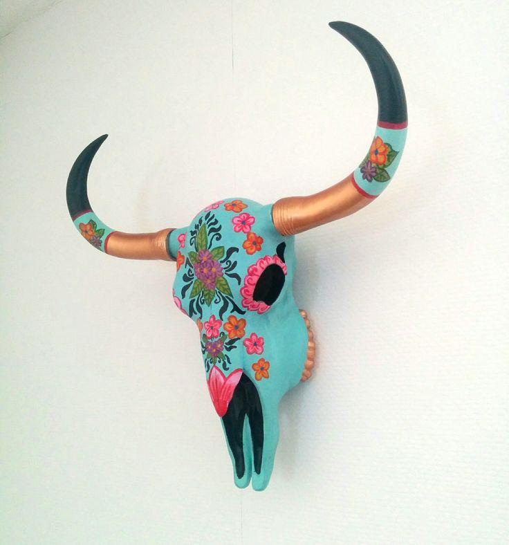 Coole buffel schedel, blauw met roze en gele bloemetjes. Shop hem nu bij Kleurvol Wonen