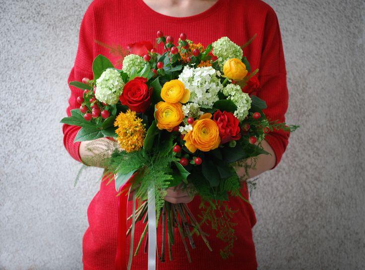 bouquet by AKURATNIE kwiaty  www.akuratnie.com.pl  www.facebook.com/akuratnie.kwiaty  www.instagram.com/akuratnie.dw  #bukiet #dzieńmamy #dzieńmatki #26maja #kwiaty #jaskry #róże #kalina #dziurawiec #czerwony #pomarańczowy #ranunculus #roses #viburnum #hypericum #bouquet #mothersday #flowers #red #orange