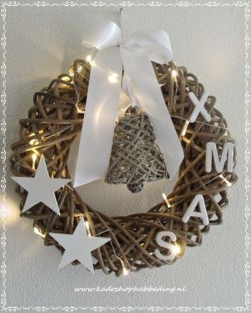 Verlichte kerstkrans X- mas met kerstbel rattan.