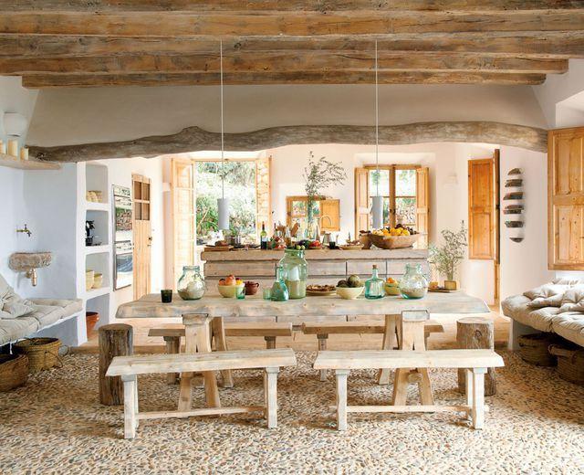 J'invite ma salle à manger au salon : table et bancs en bois dans un salon à l'esprit campagne