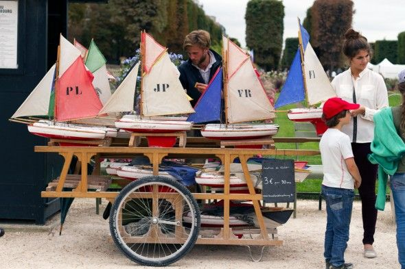 Sailboat rental in the Luxembourg Gardens