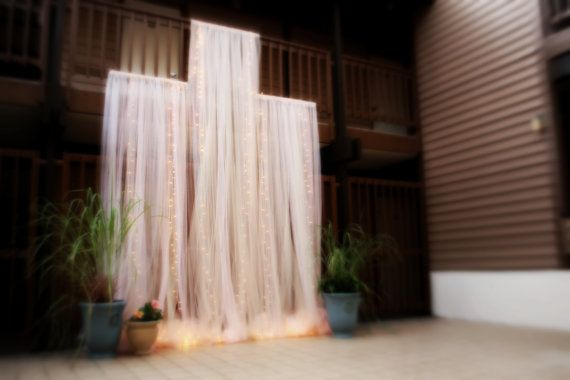 Tulle dramatique et lumières à décor de cérémonie de mariage. 11 pieds de haut par 9-15 pieds de large. Panneaux. Bébé douche nuptiale, Grange décoration église, romantique