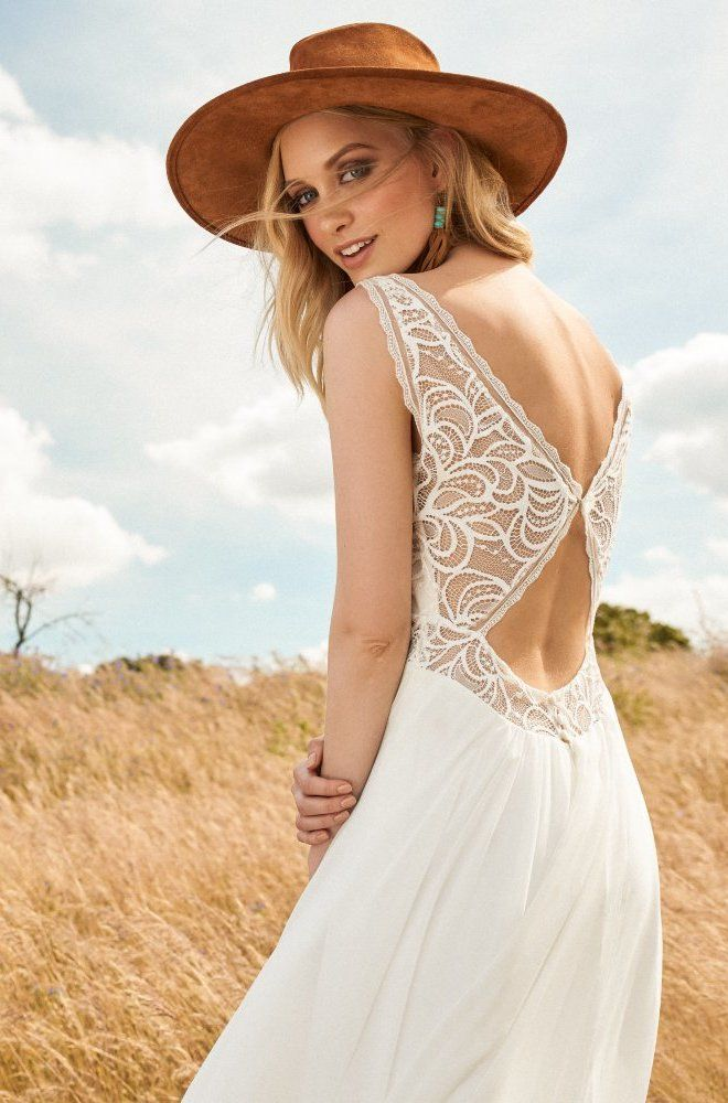 Rembo styling — Collectie 2017 — First: Ongelooflijk mooie open rug en nieuwe geometrische kant, perfect voor de bruiloft van je dromen zelfs op verplaatsing.