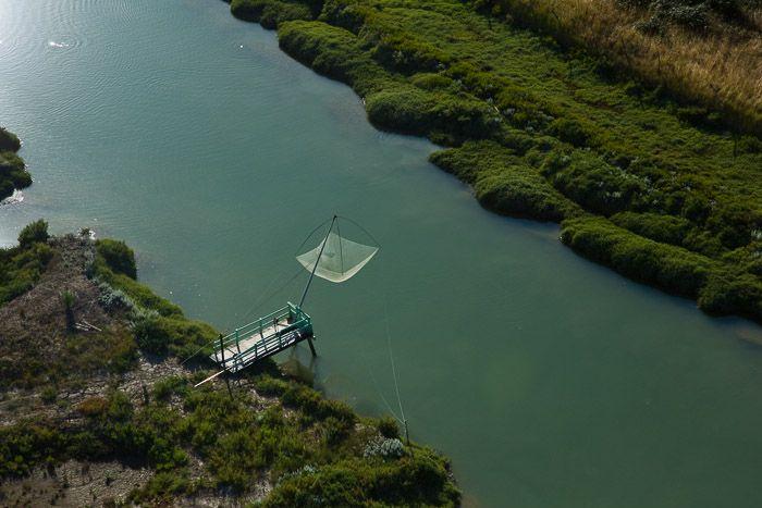 France, Poitou-Charentes, Charente-Maritime (17), Marennes, marais de l'embouchure de la Seudre, pêche au carrelet dans un chenal (vue aérienne)