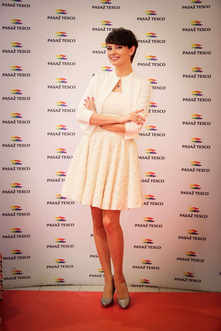 Piękna Dorota Gardias czytała świąteczne bajki!       Zobacz cały artykuł na naszej stronie: http://fashionmedia.pl/2014/12/18/piekna-dorota-gardias-czytala-swiateczne-bajki/  Kategorie: #News, #Osobowości Tagi: #DorotaGardias, #Stylizacja, #ŚwiętaBożegoNarodzenia, #Tesco, #TVN