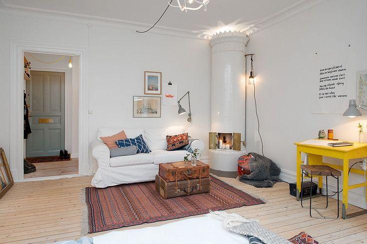 Дизайн малогабаритных квартир (47 фото): увеличиваем жилое пространство http://happymodern.ru/dizajn-malogabaritnyx-kvartir-47-foto-uvelichivaem-zhiloe-prostranstvo/ Яркий желтый стол и кофейный столик- стопка чемоданов