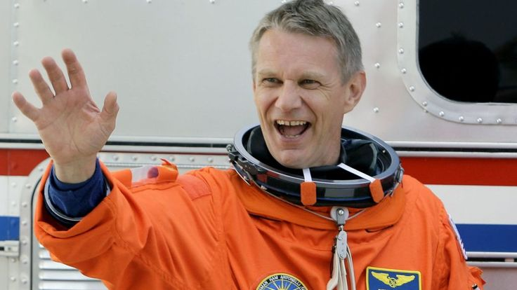 British-born astronaut Piers Sellers has died of pancreatic cancer, aged 61, Nasa has said.