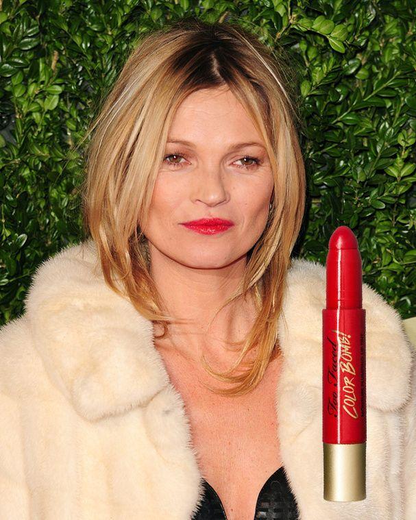 Le rouge à lèvres rouge de Kate Moss Même avec les lèvres fines, on peut se permettre de porter un rouge à lèvres rouge. Kate Moss l'a bien compris et adopte un rouge au fini brillant pour gonfler sa bouche. On peut également miser sur un rouge à effet repulpant. Certes, ça picote un peu, mais le résultat est là.  Pour faire comme elle : Lip Injection Color Bomb Eastwood Red de Too Faced, 21 €.