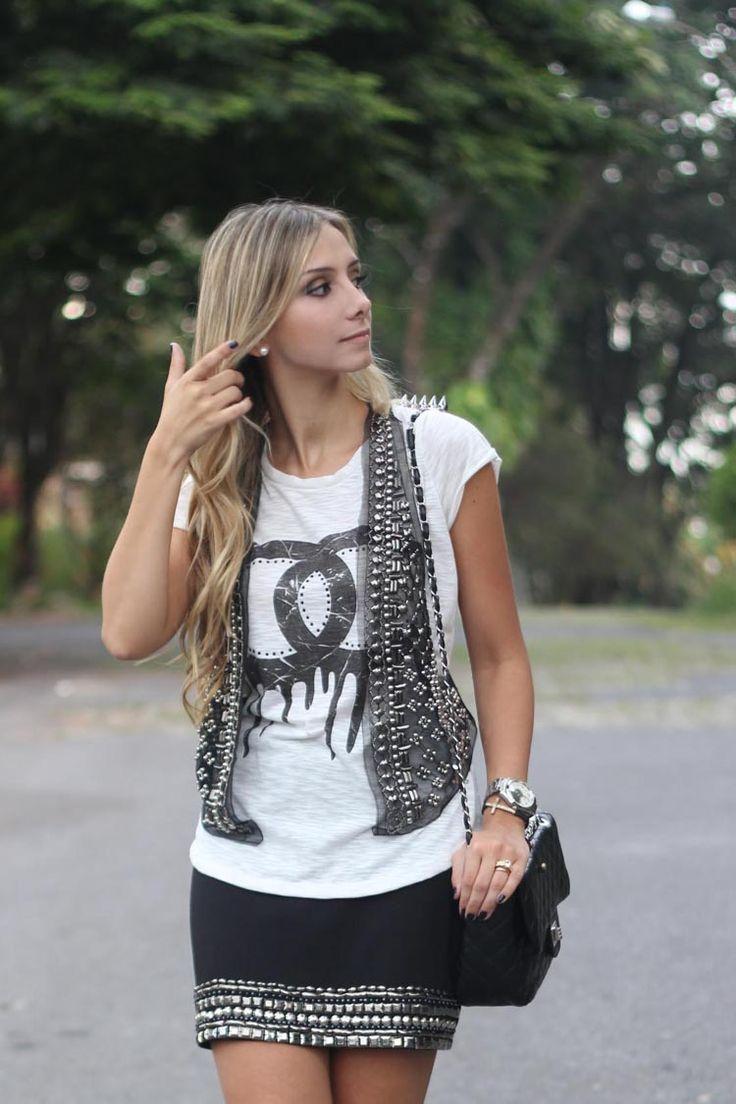 look-da-onca-t-shirt-chanel--saia-preta-bordada-pedrarias-colete-tule-bordado-pedrarias-look-spikes-look-pedrarias-sandalia-louboutin-bolsa-chanel-inspired