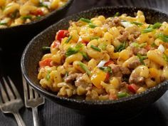Ein tolles Gericht für Groß und Klein: Pasta mit Käse-Hack-Soße.