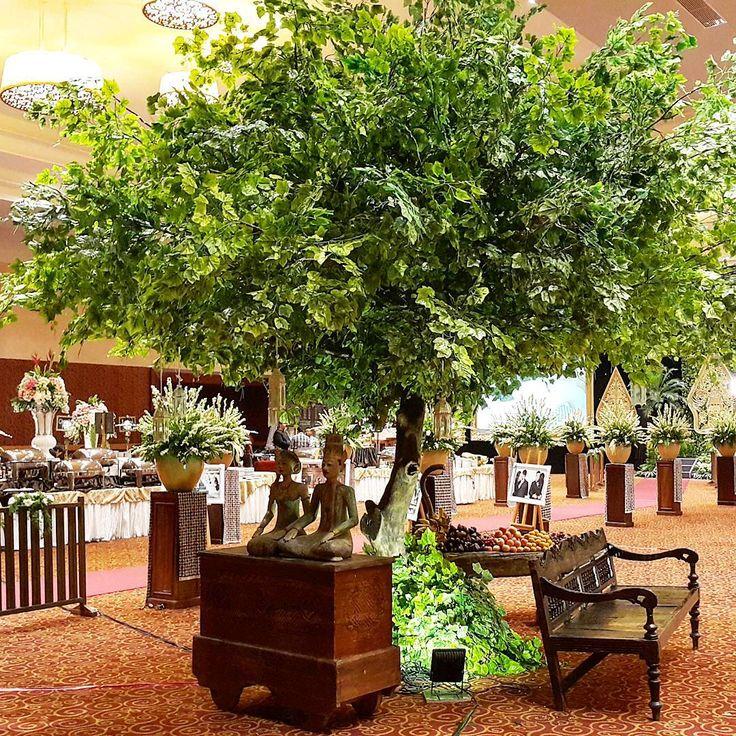 """Rangkaian dekorasi pernikahan Namira & Godhy  #namiragodhy Venue : @sasanakriyavenue  Tema : Tradisional Jawa Pelaminan : @gebyok coklat custom Tone Bunga…"""