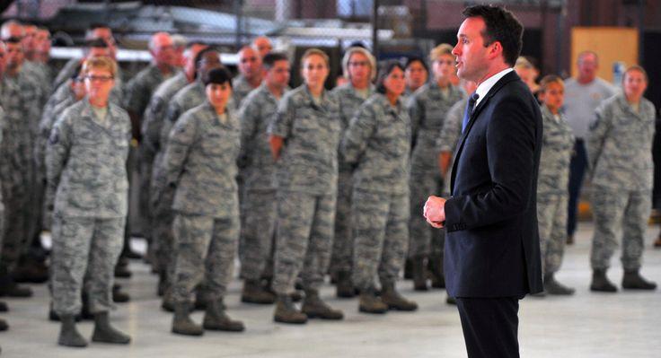 Obama nomeia gay assumido para liderar o Exército dos EUA. - Sapatômica