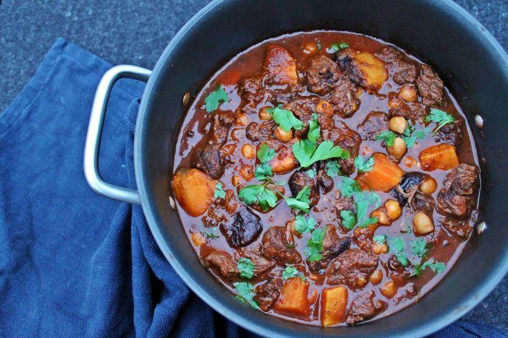 Marokkansk oksekødsgryde - marrokansk tagine med oksekød (i gryde) - med svesker, søde kartofler og ras el hanout. Perfekt simremad til en kold efterårssdag