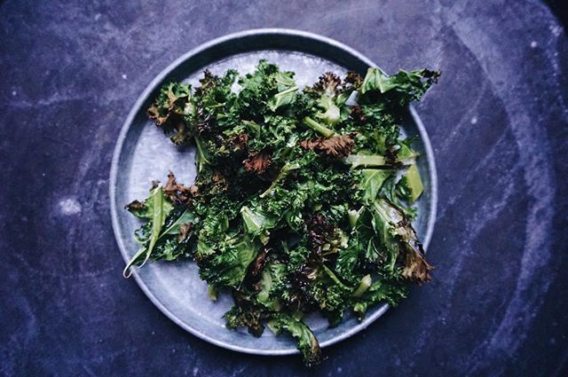 """Kale chips, super healthy option to """"normal"""" chips. Try these kale chips! - Put your kale on a baking tray  - drizzle some olive oil on them - bake them for 10-15 minutes in the oven at 180'C until they get a even brown color - Add salt. Enjoy!  #kale #kalechips #healthysnack #healthy"""