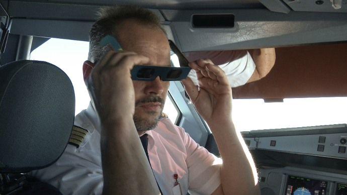 Επιβάτες αεροπλάνου απόλαυσαν ολική έκλειψη ηλίου από τη Στρατόσφαιρα