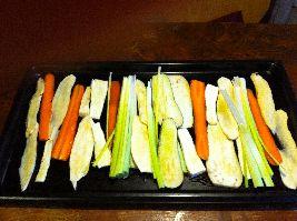 Ovenschotel van aubergine, zoete aardappel, pastinaak, winterwortel en prei. Al deze groenten op de bakplaat vormen een tongstrelend kunstwerk.
