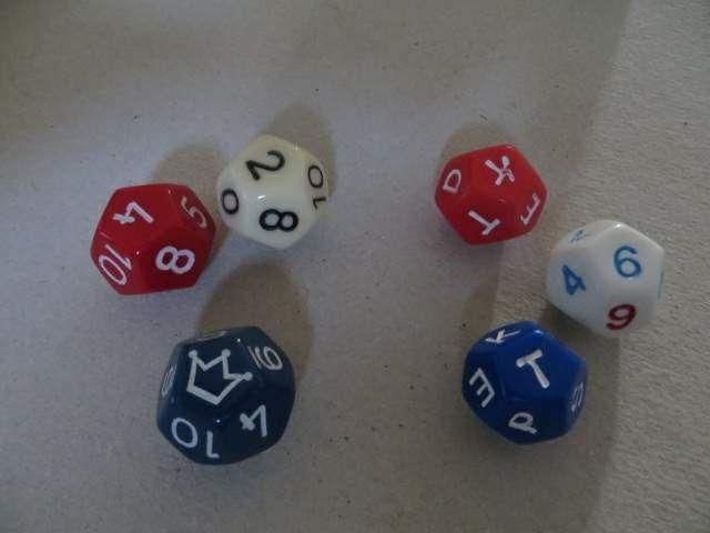 rekenspel en taalspel. Hoe ging dat rekenspel nu ook alweer? Het taalspel rechts: de cijferdobbelsteen is blauw en geeft 6 aan. Dat betekent: maak een woord van 6 letters, beginnend met de blauwe letter en eindigend op de rode