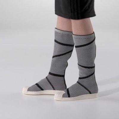 W latach 70. narodziły się sneakery adidas Superstar. W latach 80. legendy hip-hopu wprowadziły je do świata muzyki. W 2017 roku buty te lecą prosto na słońce. Witaj w świecie wysokich do kolan butów dla kobiet, które przekonają Cię o tym, jak dobre będzie życie w przyszłości. Wsuń na nogi te wyjątkowo wygodne, idealnie dopasowane buty o miękkiej konstrukcji adidas Primeknit. Dzianina ma nowoczesny, ściągaczowy design inspirowany estetyką NMD. Przenieś się w czasie dzięki sławnej gumowej…